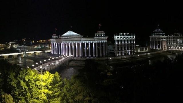 Орален секс на клупа на кејот на Вардар сред бел ден во Скопје