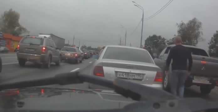 Бесен возач излегол од својот автомобил за да истепа друг возач. Кога видел кој се наоѓа во другото возило СЕ ШОКИРАЛ!