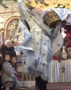 Попот се занесе и полета сред црква