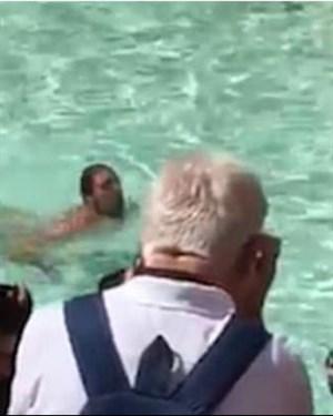 Се соблече гол и пливаше во фонтана сред Рим