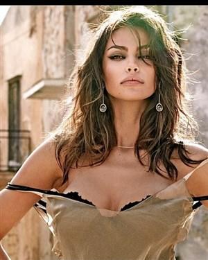 ВИДЕО 18   Оваа Романка ја нарекуваат најубавата жена на светот  а видеото во кое е гола го погледнаа милиони
