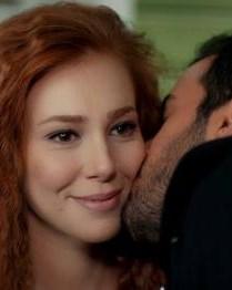 Дефне од  Вљубениот ерген  во страсна прегратка со актерот од друга хит серија на Сител