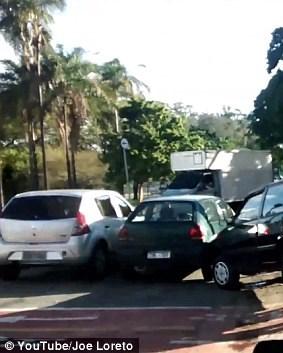 Возачот следниот пат ќе размисли пред да се паркира  реакцијата на овој човек ќе ве насмее до солзи