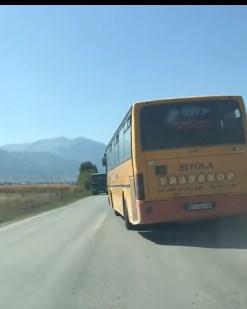 Битолски автобус вози на косо
