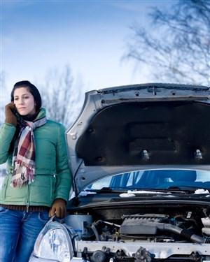 Дали треба да се чека моторот да загрее во место или да се тргне веднаш