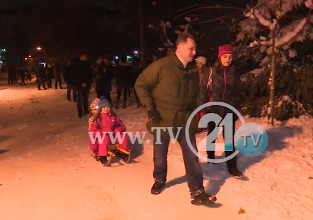 Груевски со семејството на ноќно санкање во Градскиот парк