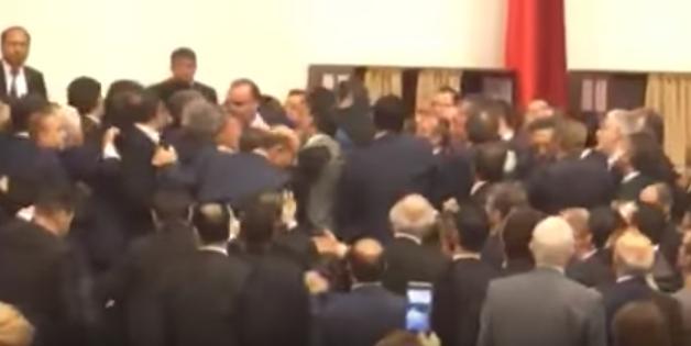 Жестока тепачка во турскиот парламент